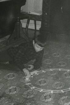 Junge mit Eisenbahn