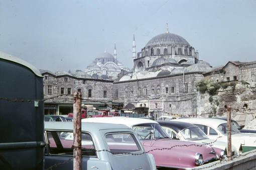 Autos vor der Moschee
