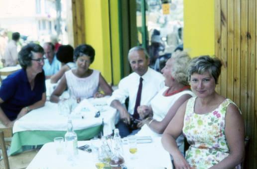 In Gesellschaft an den Tischen