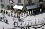 Prozession vor der Eisdiele