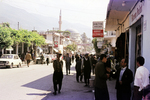 Belebte Straße mit Moschee