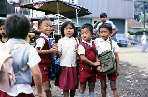Kinder in Uniformen