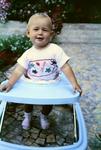 Kind im Laufstuhl