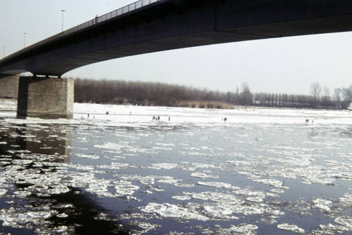Eis unter der Brücke