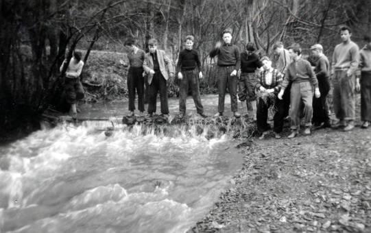 Jungen am Wasser