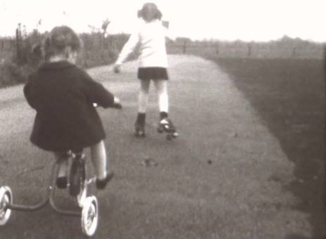 Dreirad und Rollschuhe