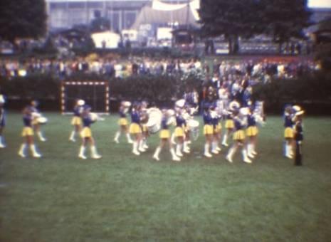 Marschierende Mädchen