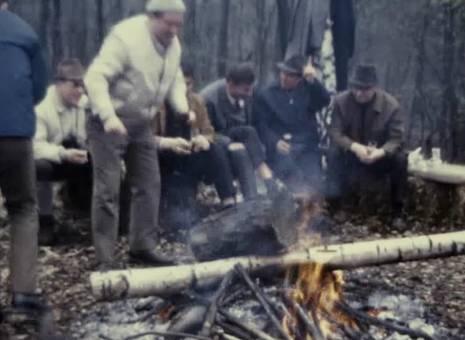 Männerrunde am Lagerfeuer