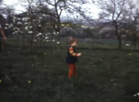 Mit Huhn im Garten