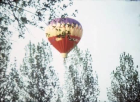 Heißluftballon über dem Hof