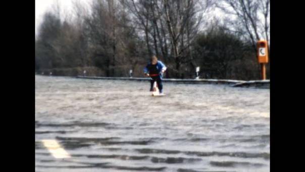 Rheinhochwasser auf Autobahn