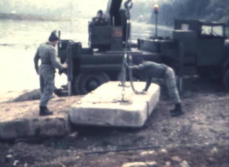 Bau eines Flusssteg