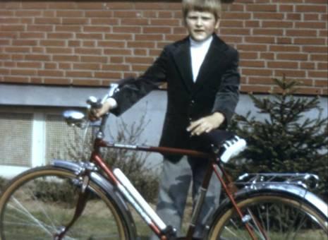 Mit dem Fahrrad im Garten